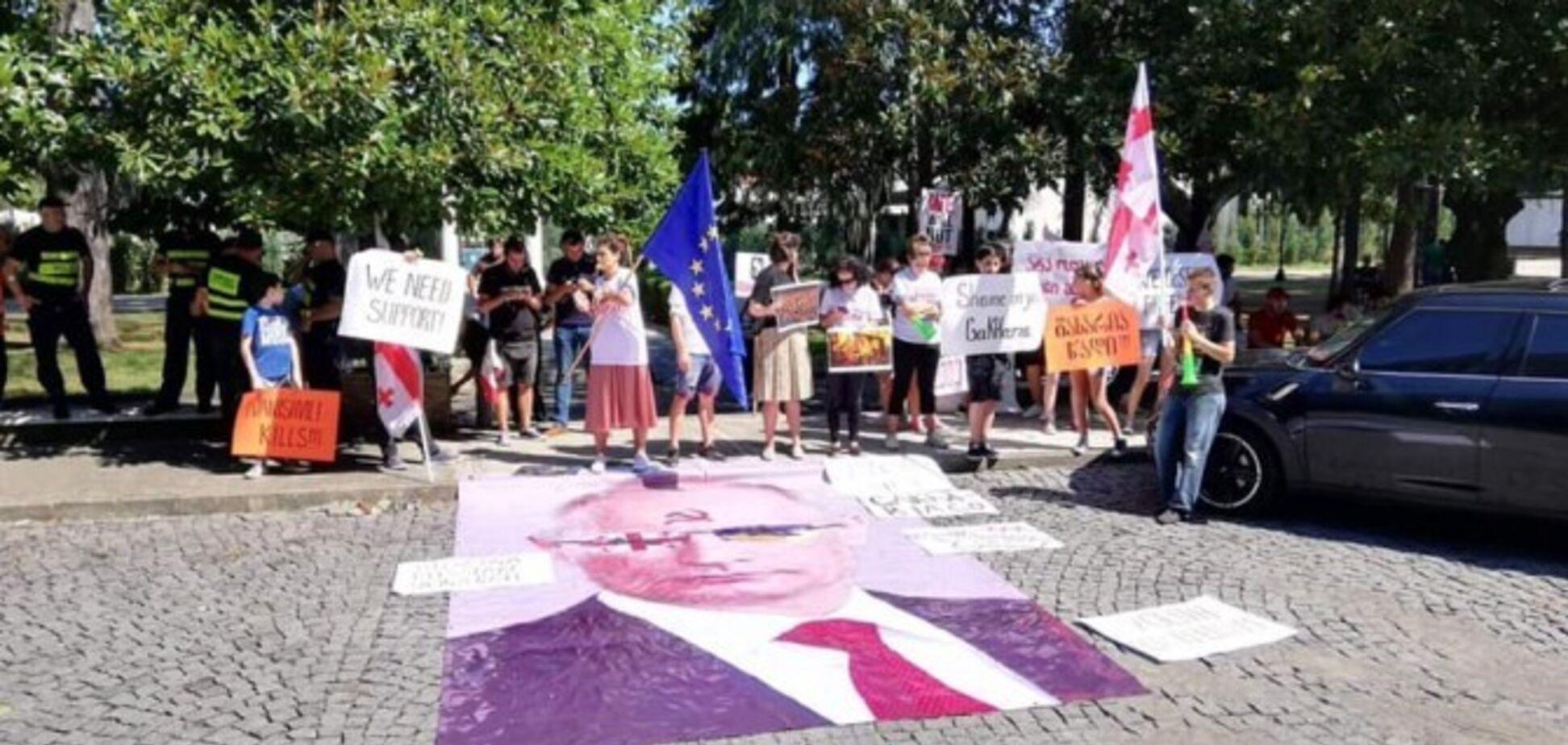 В Батуми растоптали портрет Путина