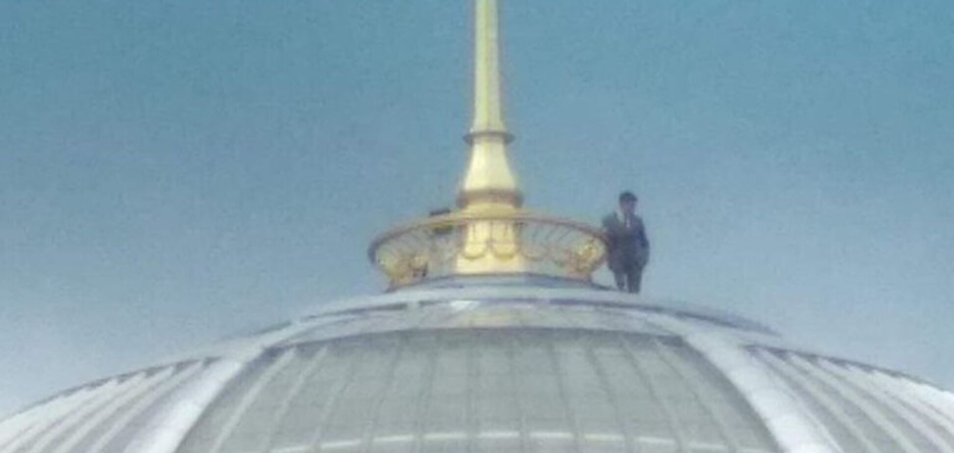''Зеленский пишет селфи-видео'': фото с человеком на куполе Рады взорвало сеть