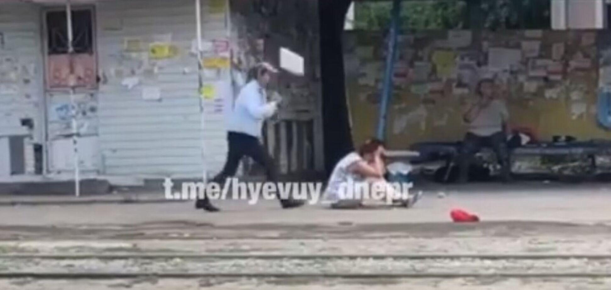 'Встала! Я тут заметать буду!' В Днепре дворник ударила женщину металлическим совком. Видео