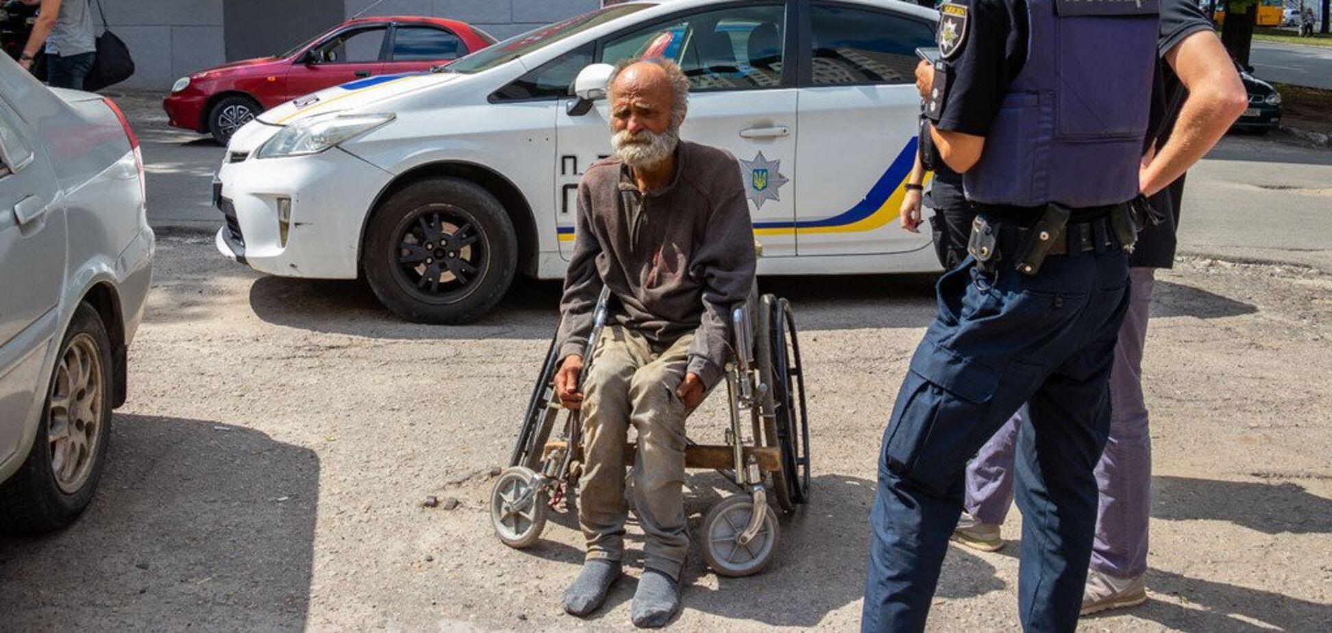 В Днепре мужчину на инвалидном кресле ночью бросили и убежали. Фото