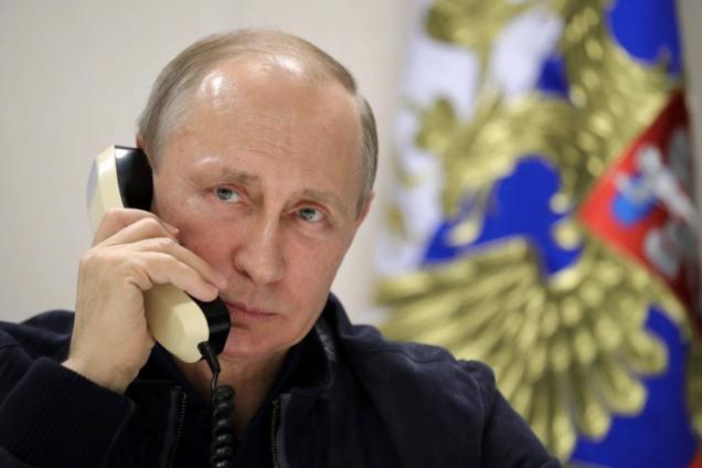 Владимир Путин говорит по телефону, иллюстрация
