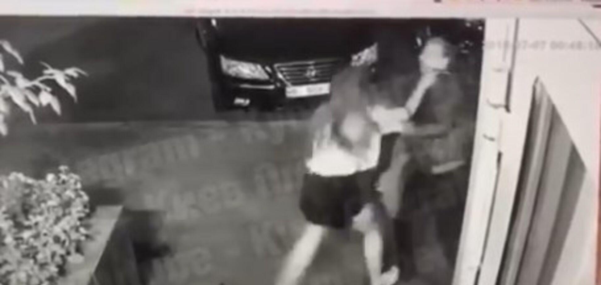 В Киеве неизвестный напал на девушку возле подъезда: момент попал на видео