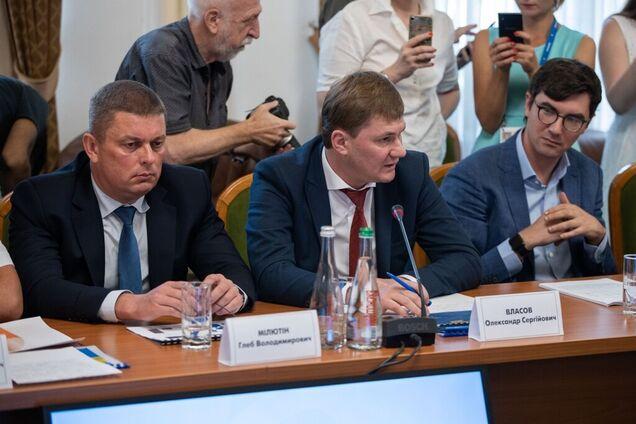 Александр Власов (по центру)