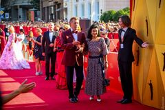 Красная дорожка знаменитого кинофеста в Одессе: звезды удивили странными нарядами