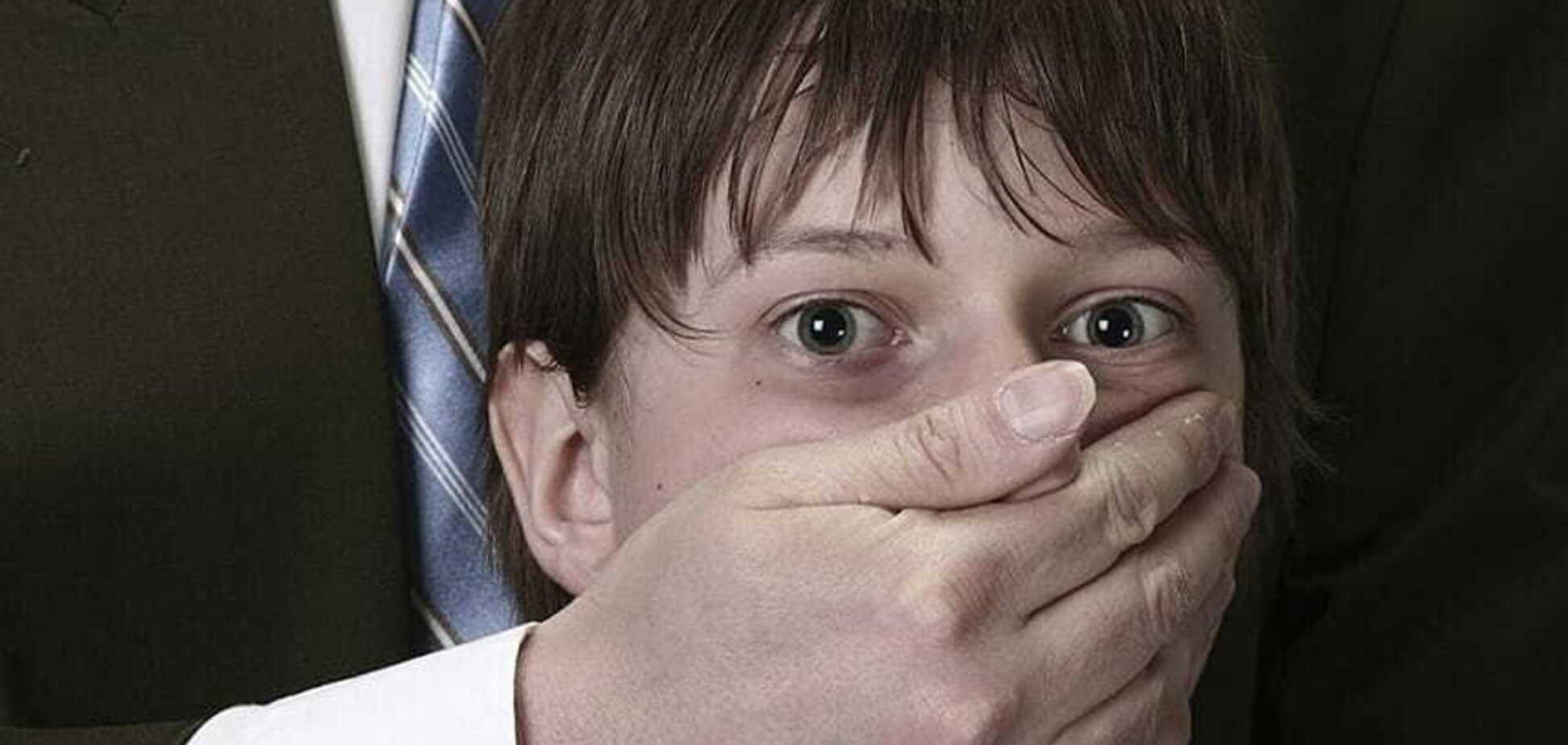 Затянул в подсобку в ТРЦ: в Киеве мужчина совращал 11-летнего ребенка