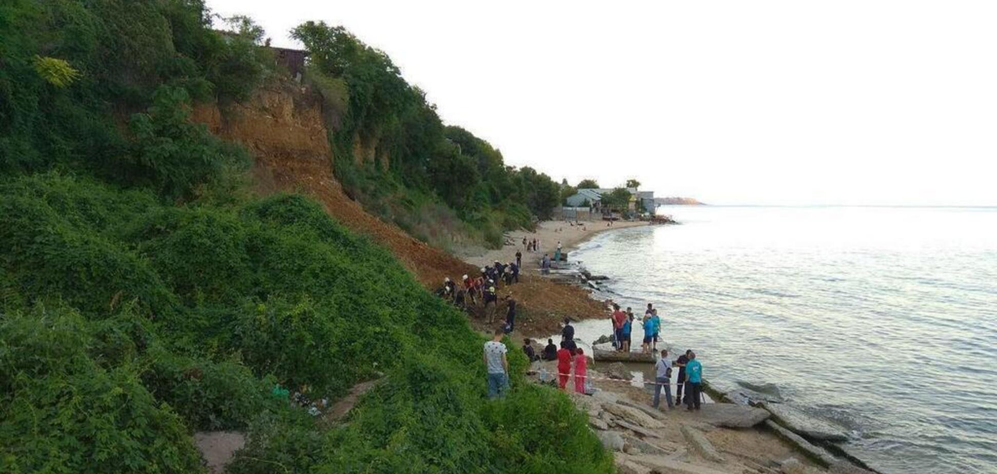 'Нас окутало пылью, а земля дрожала!' Очевидец рассказал жуткие подробности схода оползня на пляже в Одессе