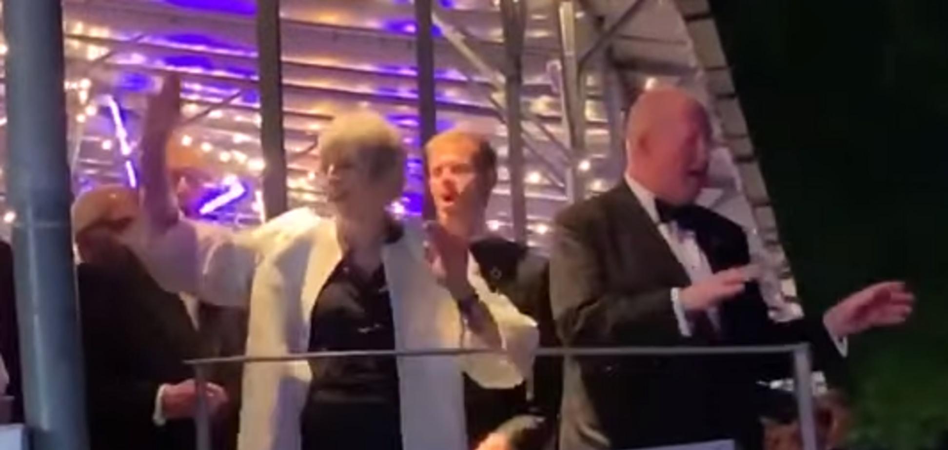 'Танцующая королева': Мэй в последние дни премьерства 'оторвалась' под 'Аббу'. Видео