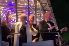 'Танцююча королева': Мей в останні дні прем'єрства 'відірвалася' під 'Аббу'. Відео
