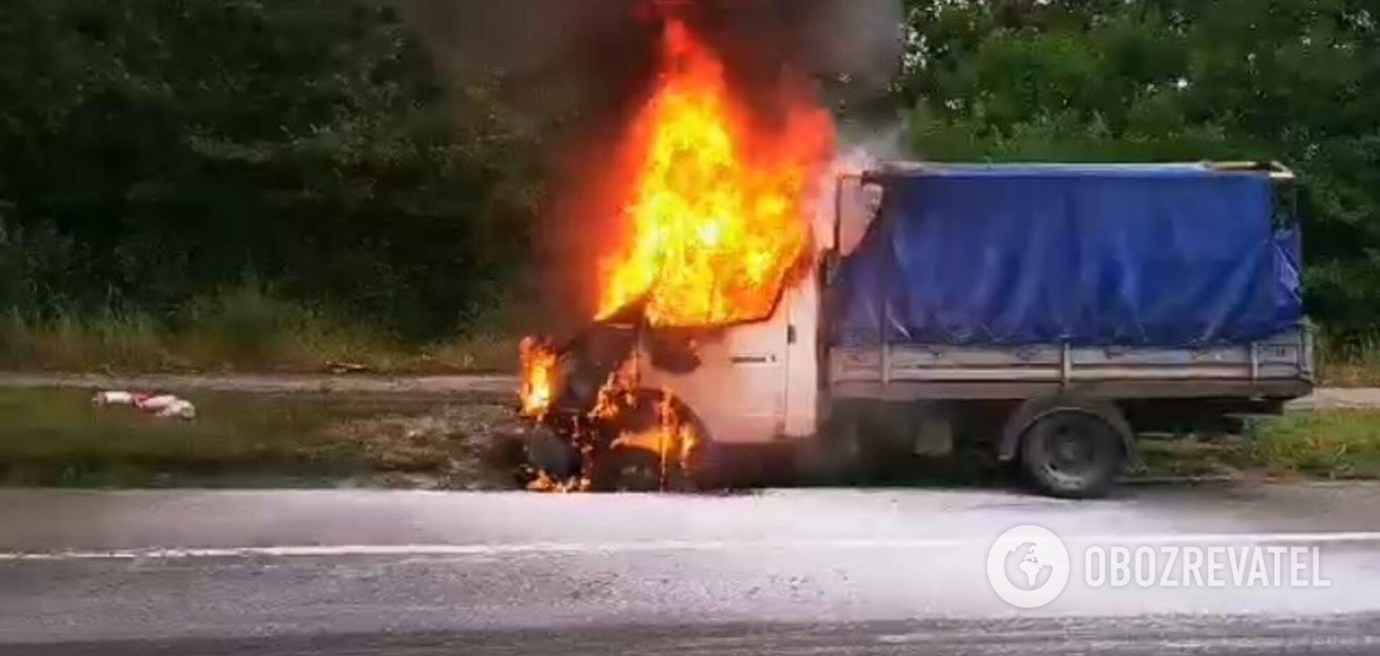 У Києві посеред дороги спалахнуло авто: перші фото та відео