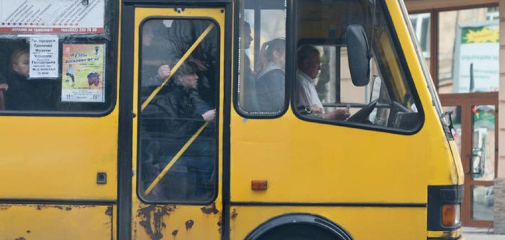 'Люди падали!' У Києві на ходу зламалася маршрутка. Відео
