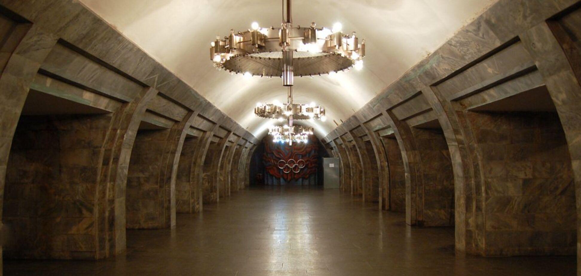 В метро Киева пассажир упал на рельсы: первые подробности