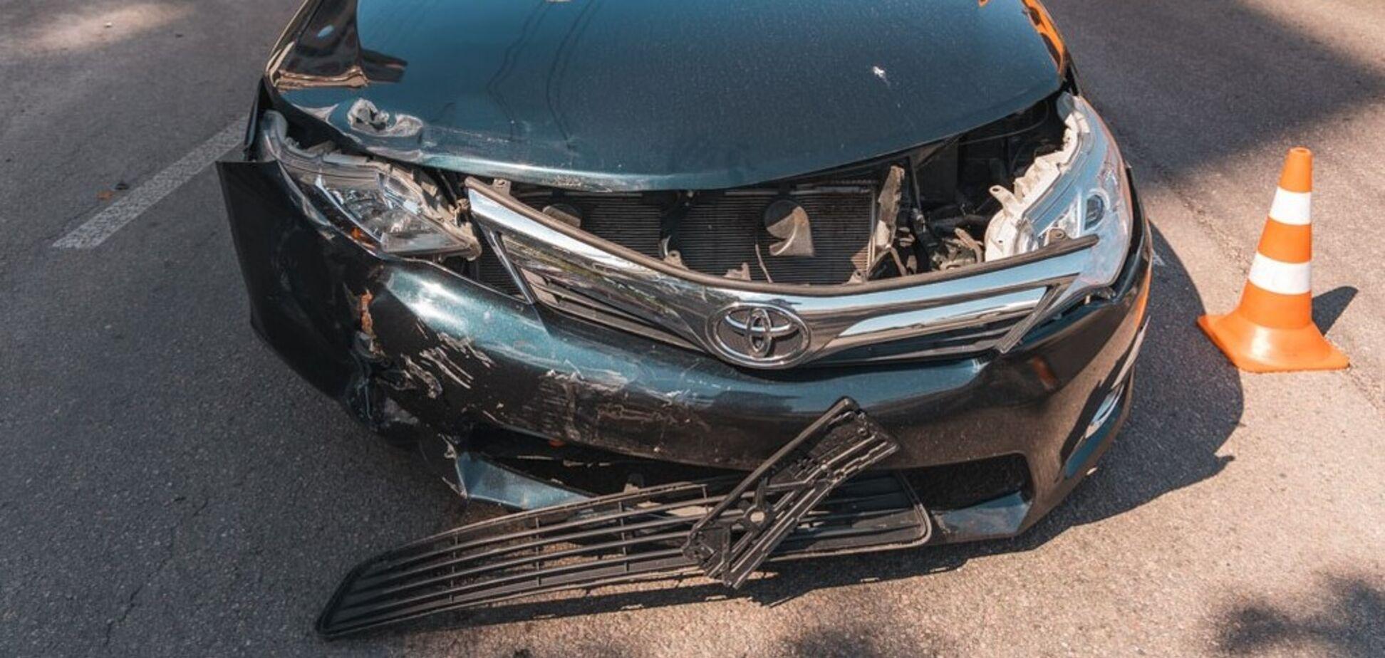 В Днепре на Набережной произошло ДТП: пострадала пассажирка мотоцикла