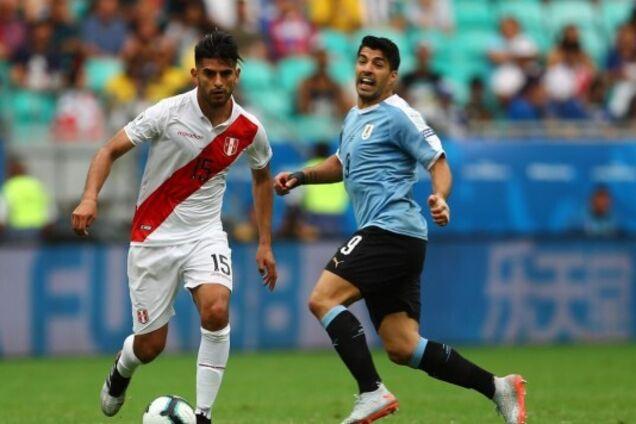 Карлос Самбрано (слева) против Луиса Суареса