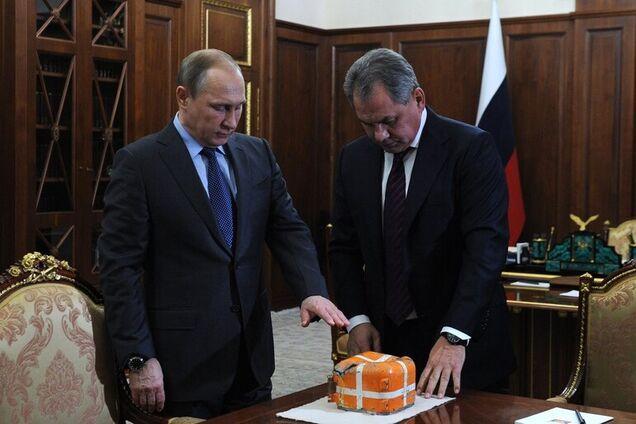Владимир Путин, Сергей Шойгу осматривают бортовой самописец сбитого в Сирии российского самолета