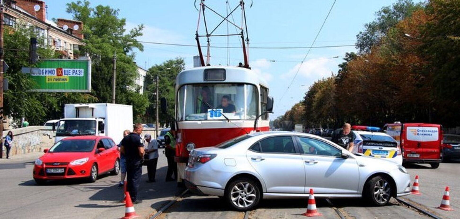 Движение заблокировано: в Днепре трамвай протаранил легковушку. Фото