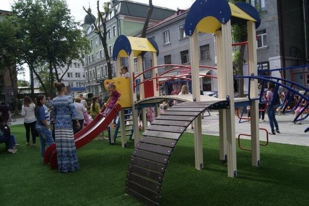 Детская площадка (иллюстрация)