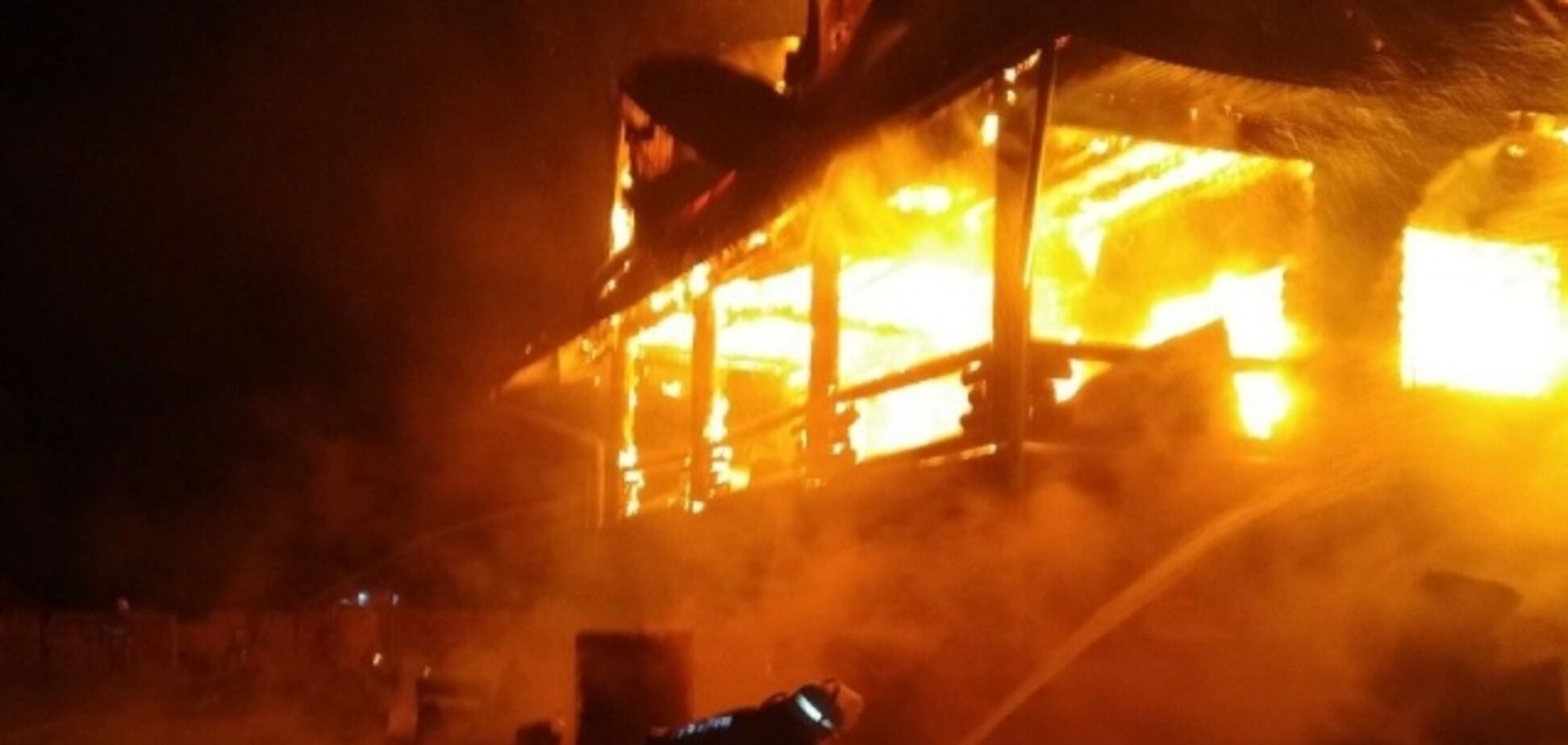 На Закарпатье дотла сгорел отельный комплекс депутата: подозревают поджог