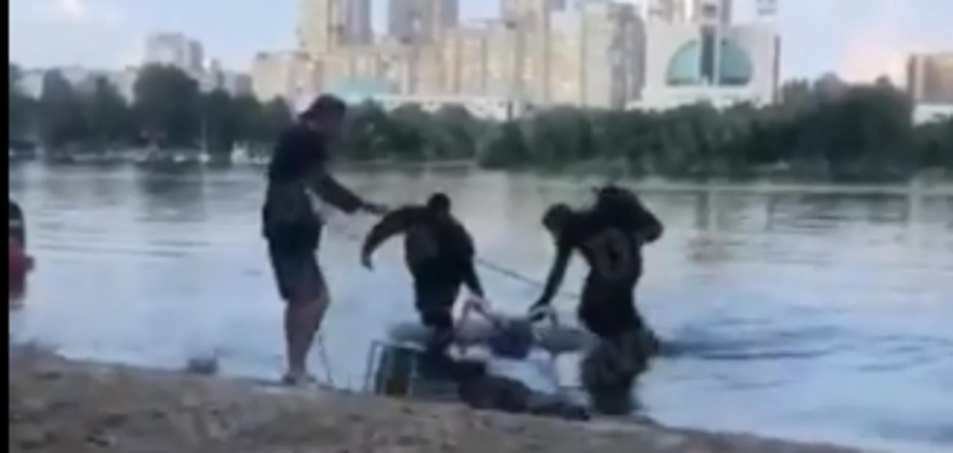Полезла купаться пьяной: в Киеве выловили 19-летнюю утопленницу. Видео 18+