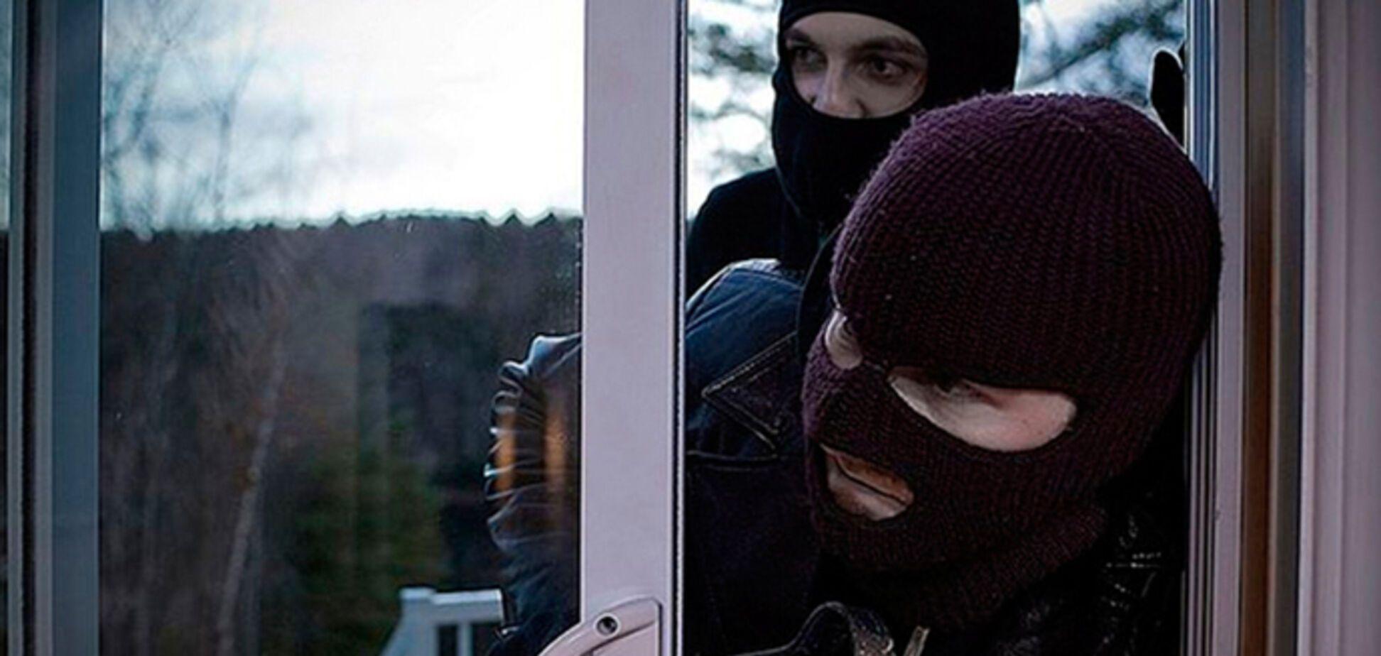 Требовали денег: в Днепре мужчины в масках ворвались в дом и избили хозяев