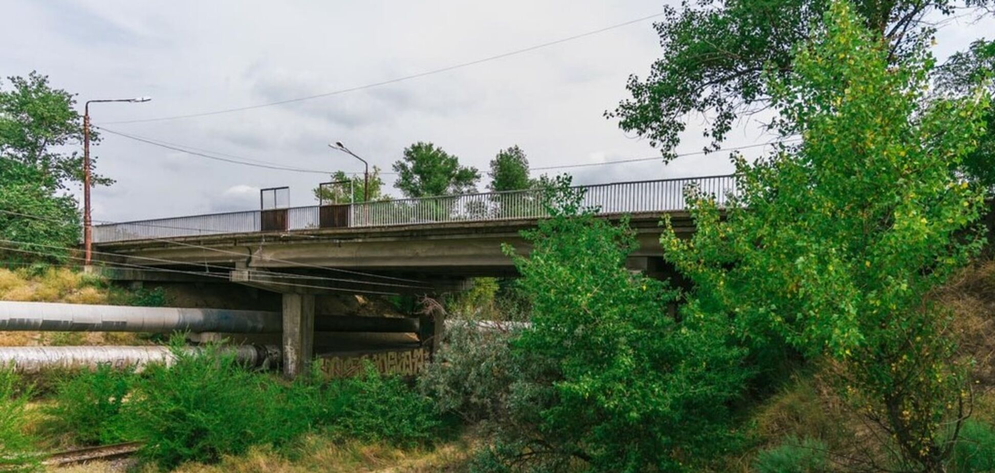 В Днепре под мостом нашли мертвую женщину. Фото 18+