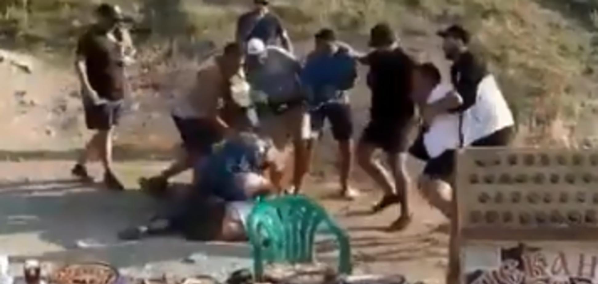 Відмовилися платити за фото: у Криму натовп жорстоко побив туристів. Відео 18+