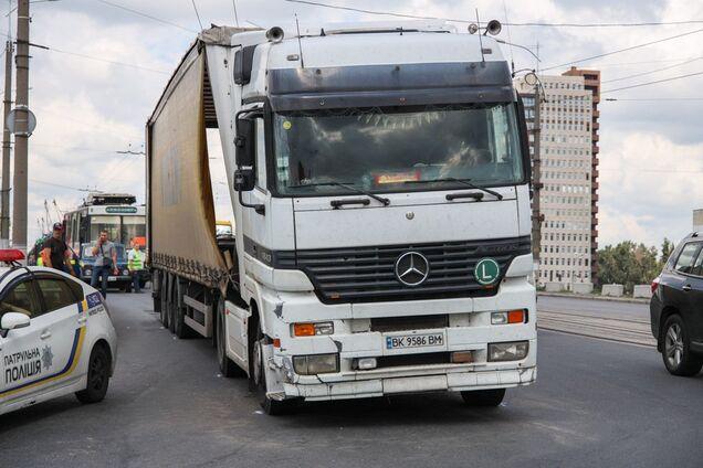 В Днепре произошло ДТП с участием грузовика