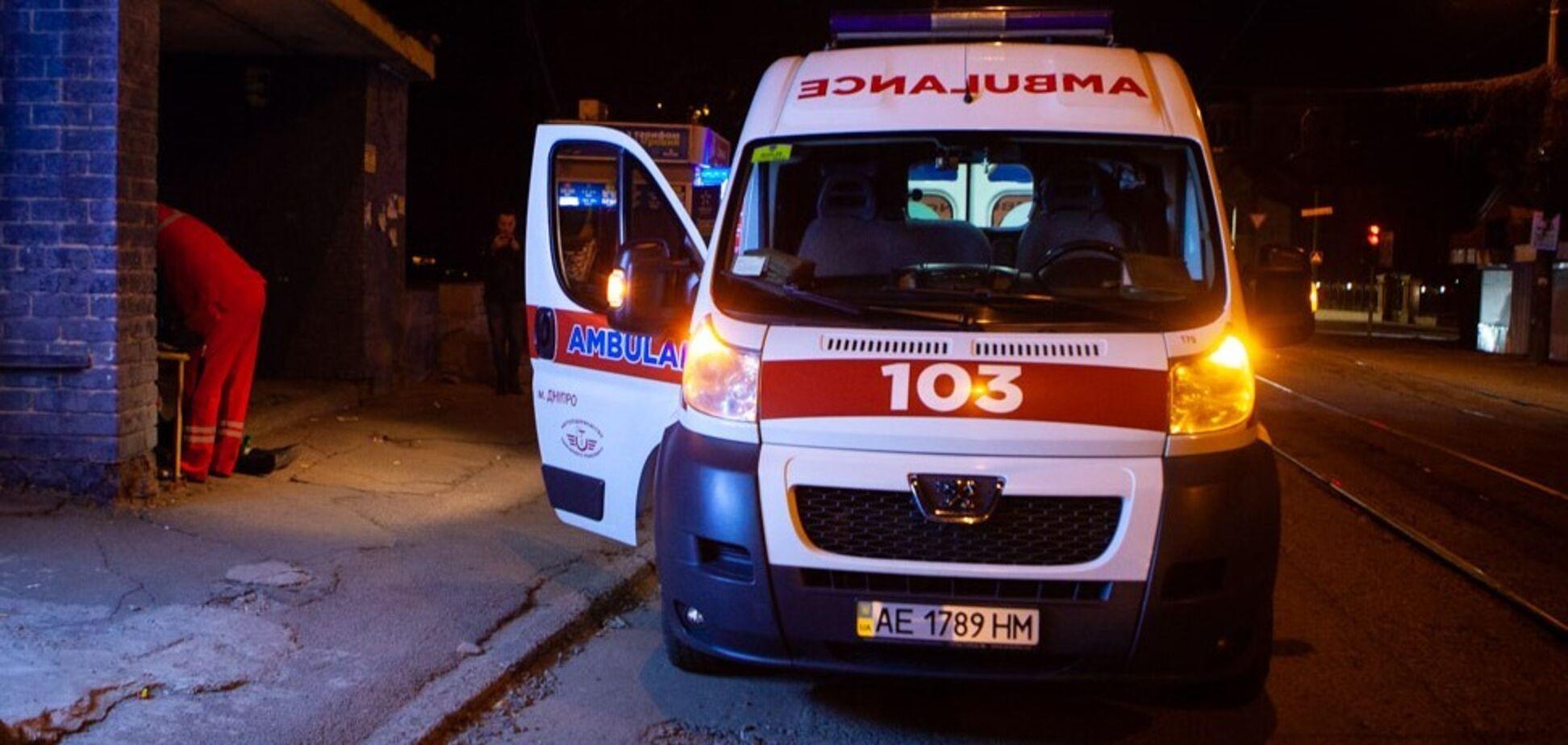 В Днепре на трамвайной остановке умер мужчина. Видео