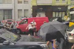 У Києві проросійські 'тітушки' напали на автомобіль Порошенка: перші деталі
