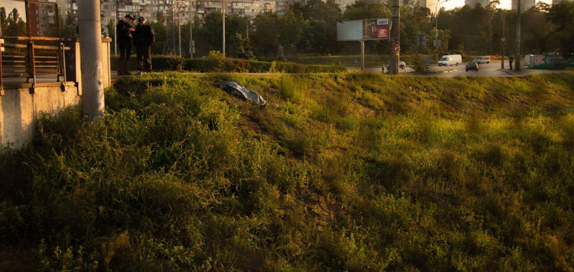 Кросівки стояли поряд: у Києві біля метро знайшли труп босого чоловіка