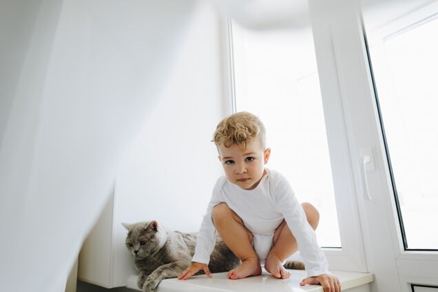 Ребенок на окне