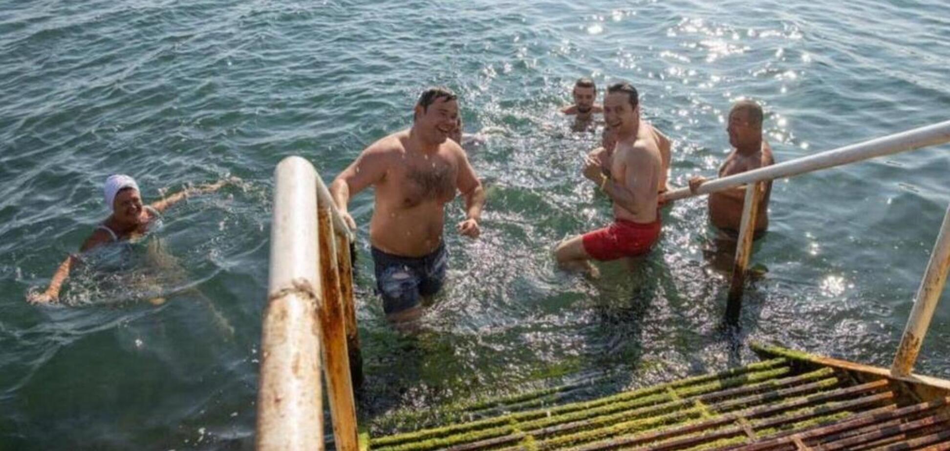 'Скрізь охорона і бойові водолази': Зеленський похвалився фото з пляжу