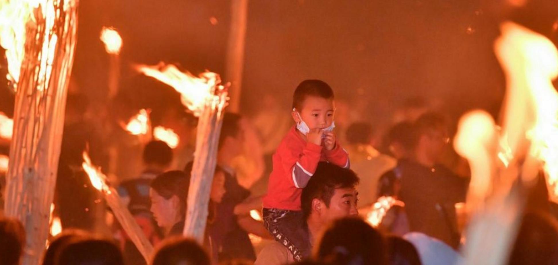 У Китаї відзначили Свято смолоскипів: яскраві фото