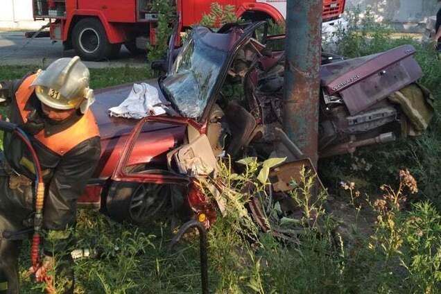 У Новомосковську машина врізалася в стовп