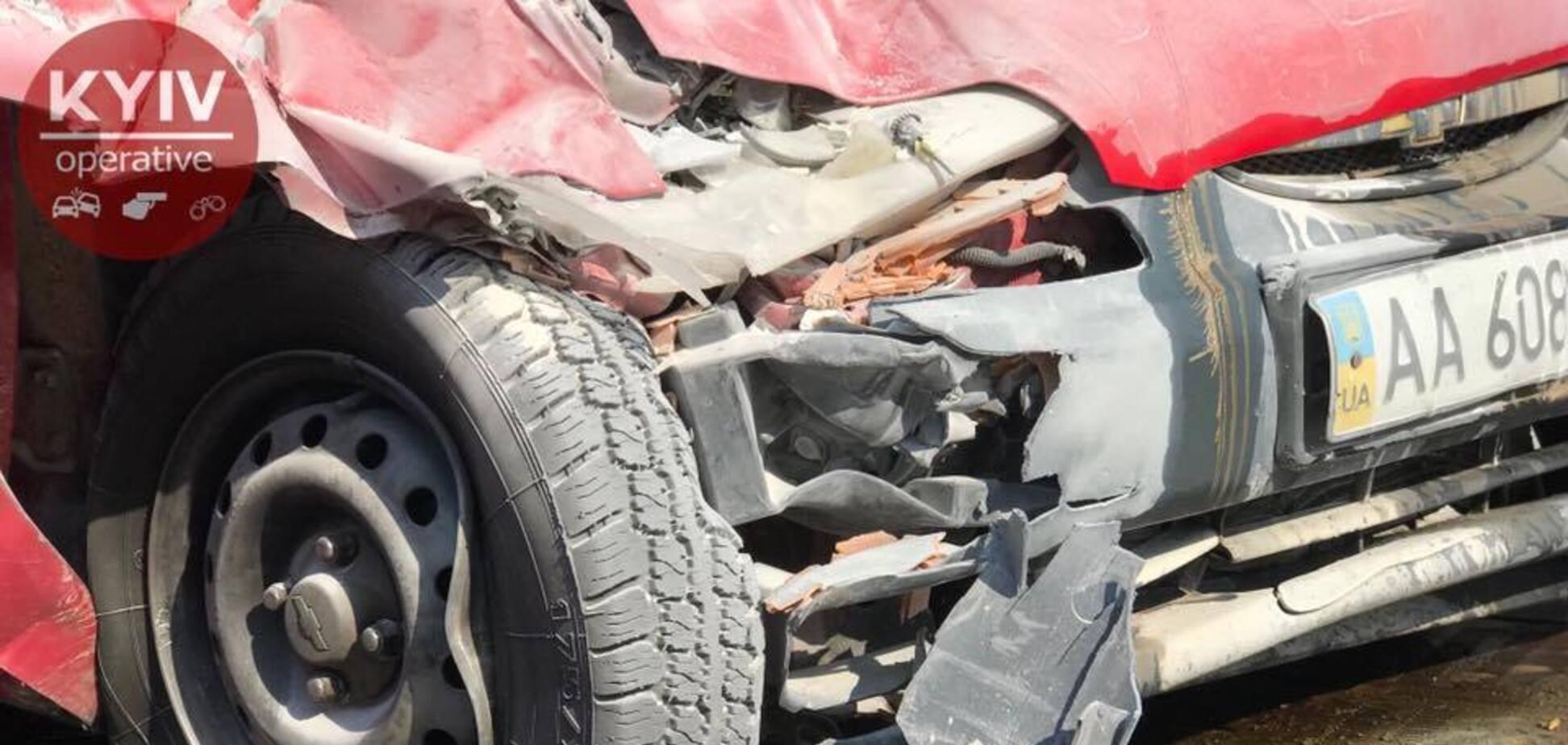 Мчав на зимових шинах: у ДТП в Києві постраждали чотири особи