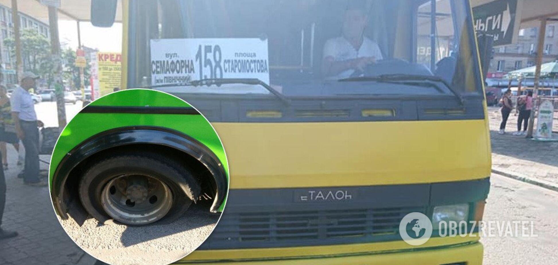 У Дніпрі на ходу у маршрутки лопнули колеса: фото і подробиці