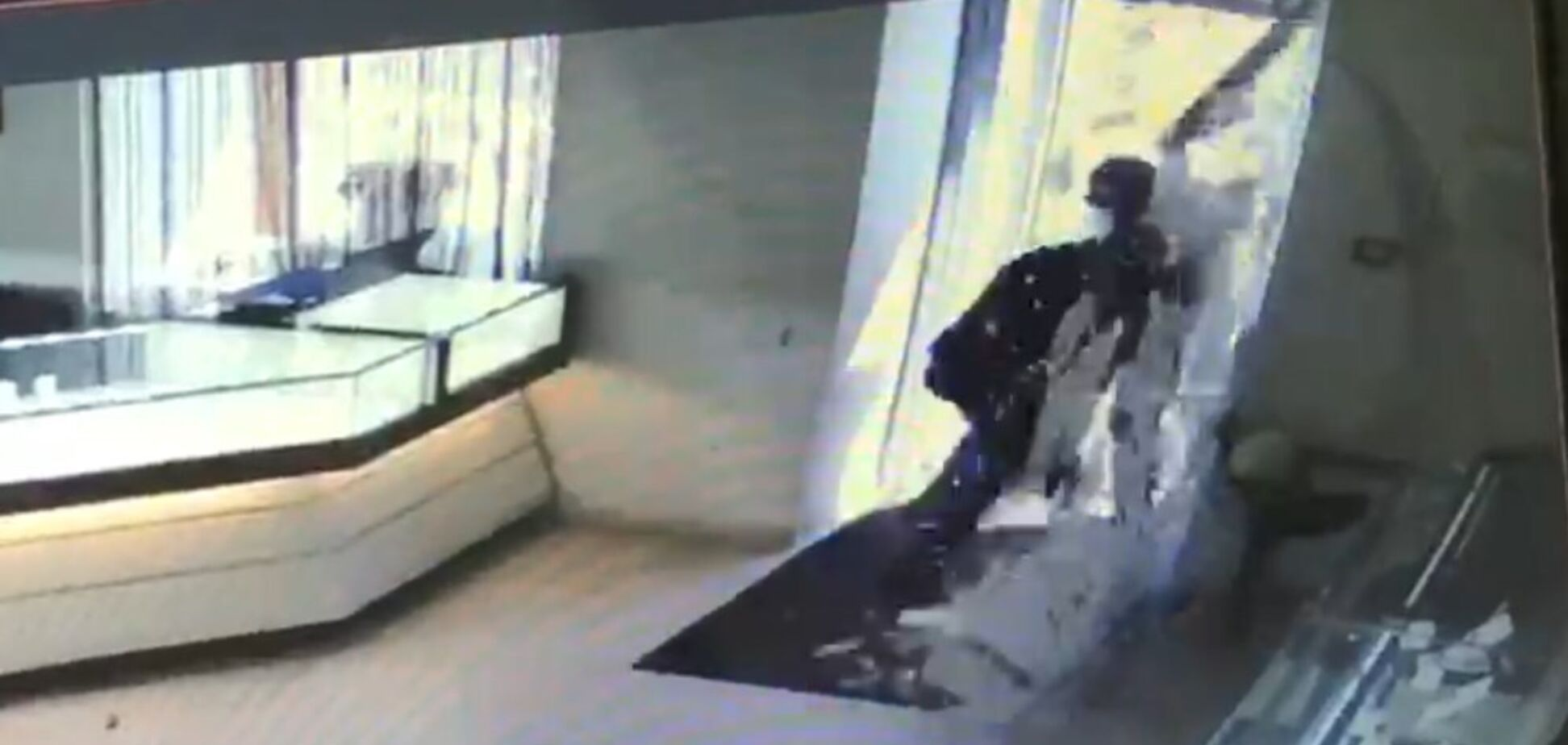 У Києві охоронець ювелірного відбився від грабіжника: момент потрапив на відео