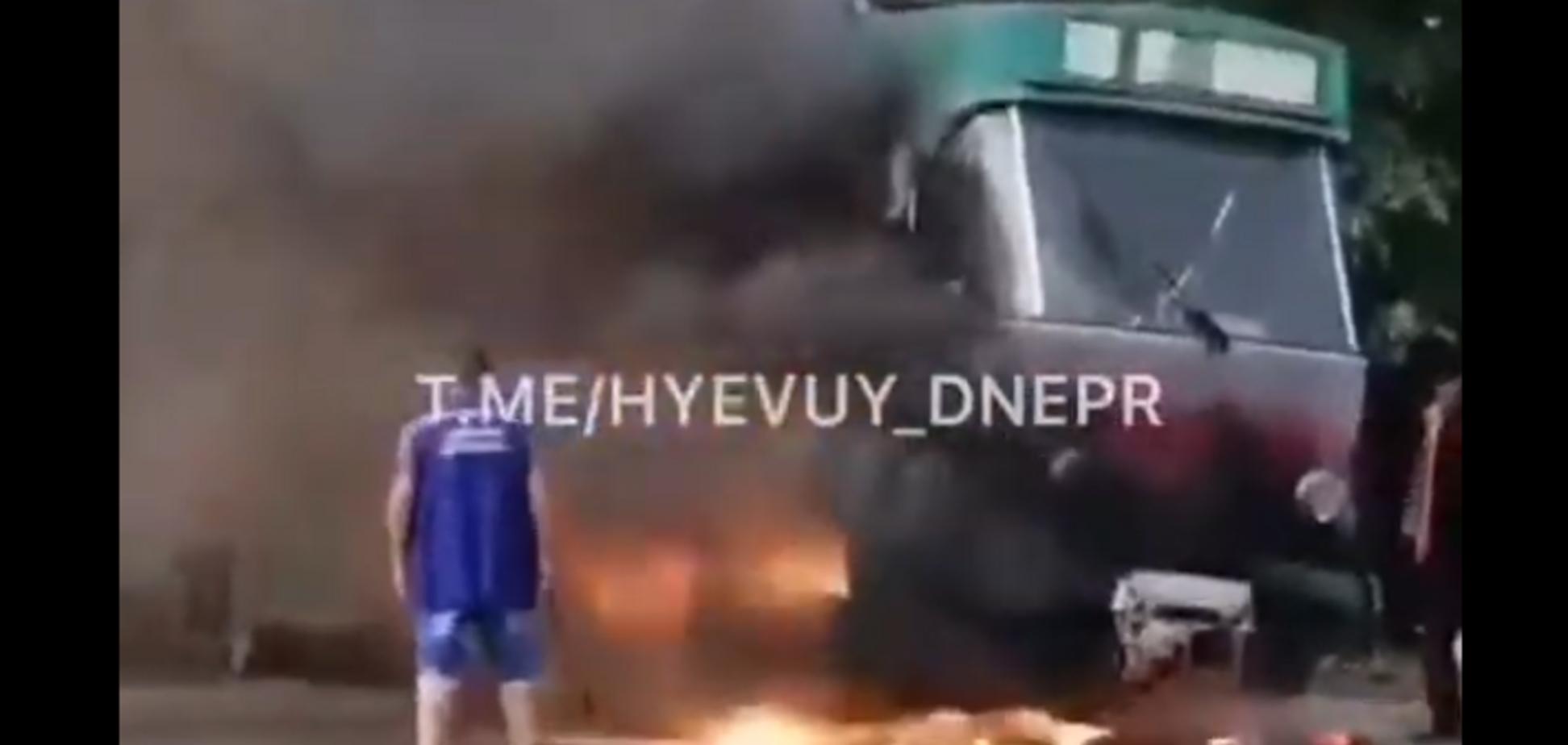У Дніпрі на ходу спалахнув трамвай: відео