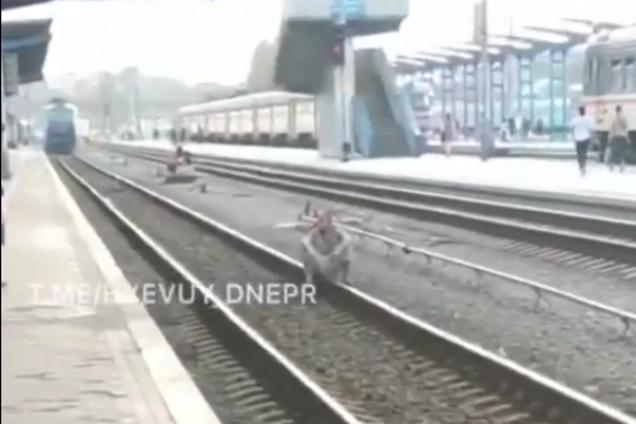 Чоловік сів на рейки перед поїздом
