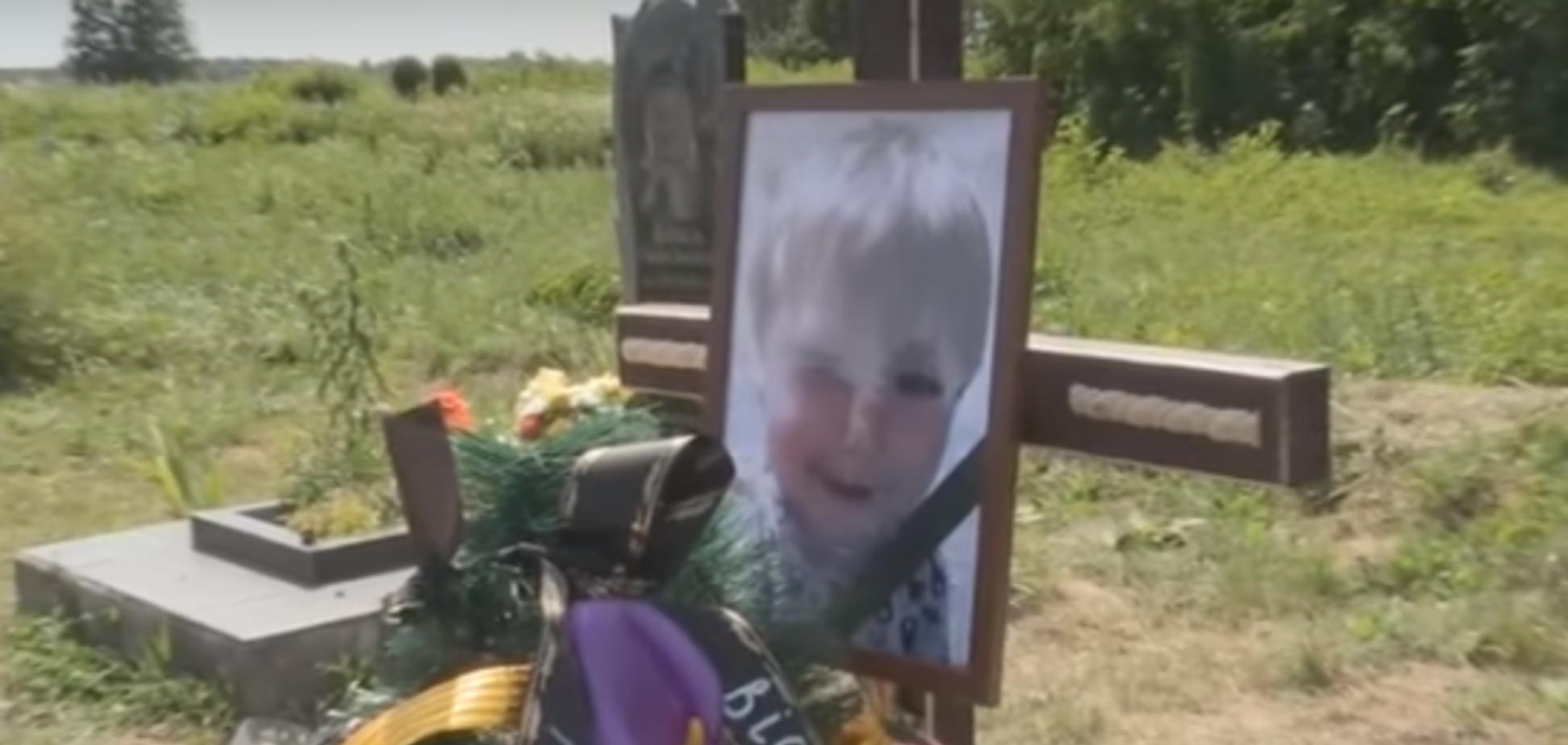 Мать так и не пришла: в Хмельницкой области похоронили малыша из чемодана. Видеофакт