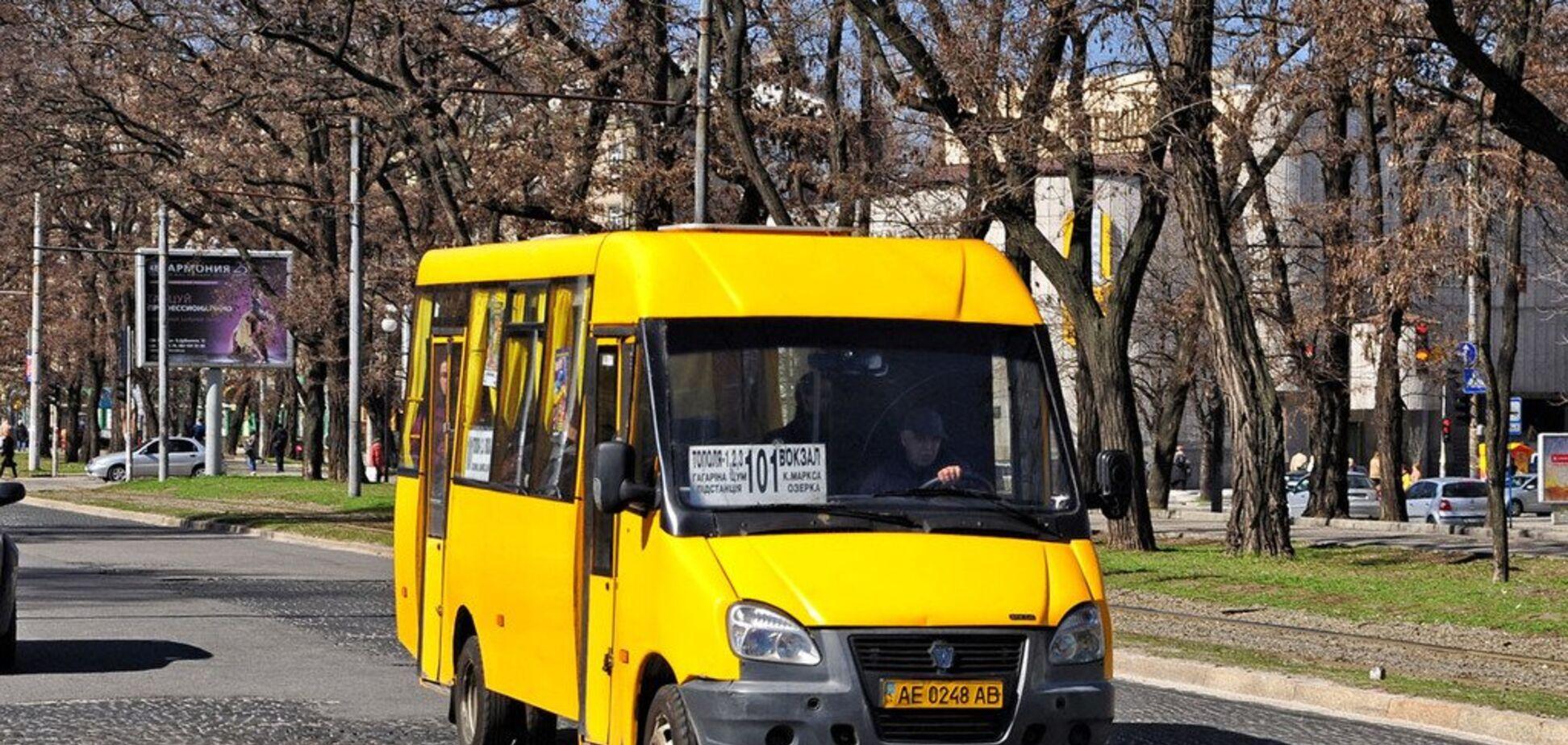 В Днепре загорелась маршрутка с пассажирами: фото и видео