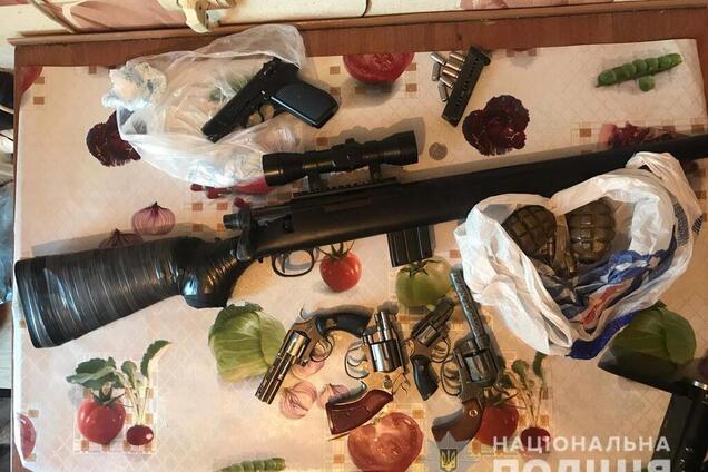 У жителя Слобожанського вилучили зброю та гранати