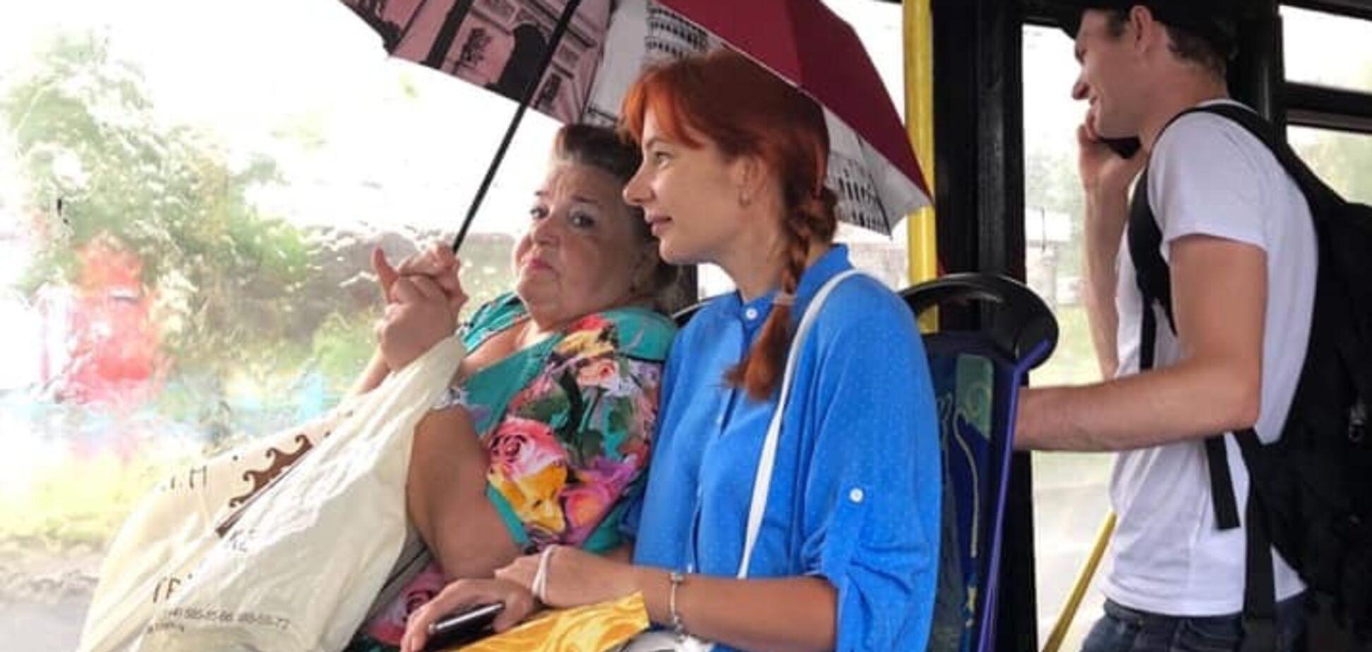 'Течуть дах і вікна': у Києві пасажири автобуса їхали під парасолькою