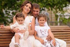 Жасмин з чоловіком і дітьми