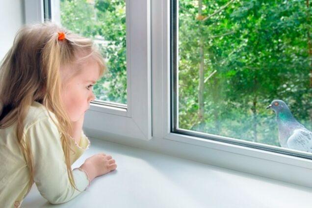 Девочка вышла гулять через окно