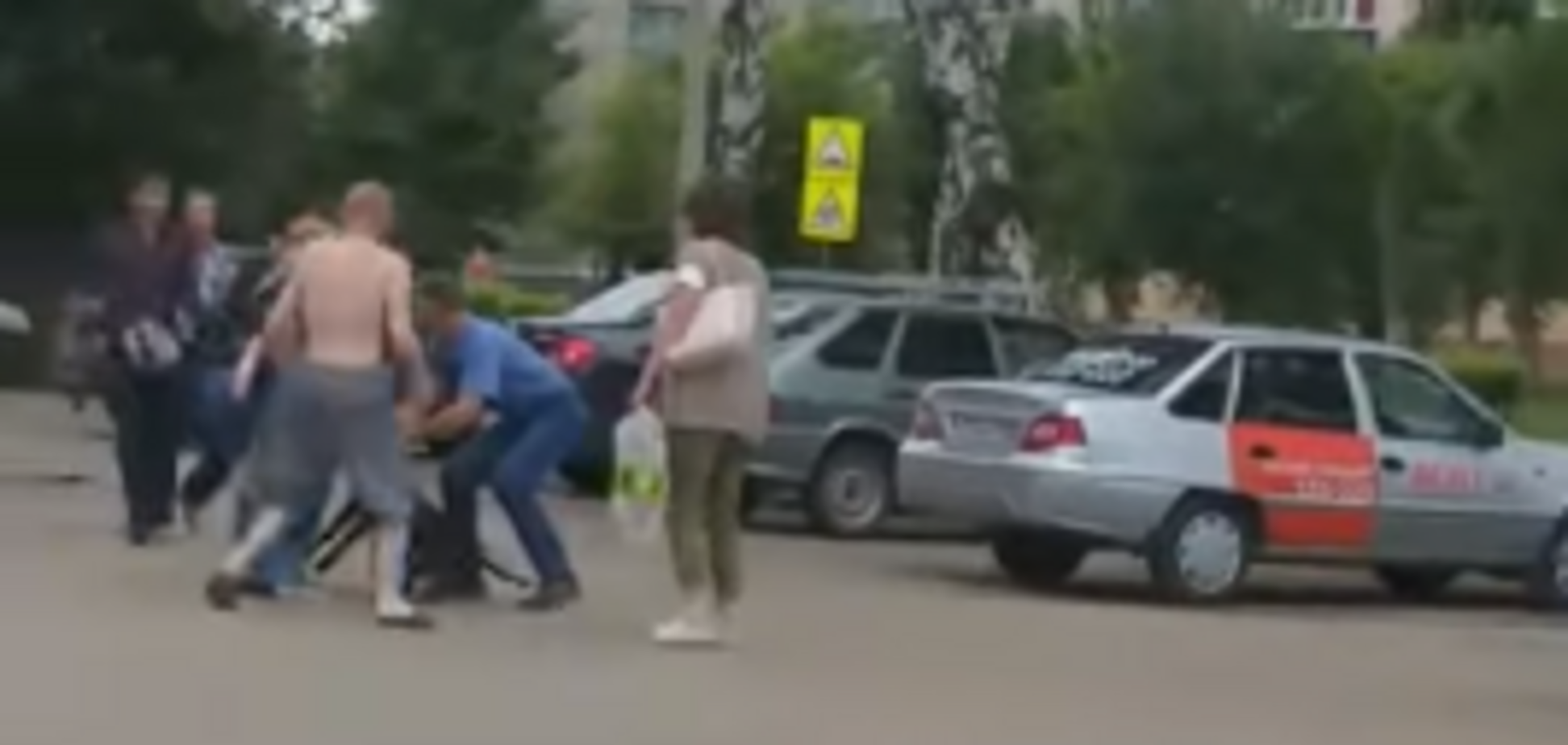 Порвав 3-річну дівчинку: в Росії бійцівського пса вшістьох відтягували від дитини. Відео 18+