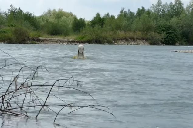 """У річці Прикарпаття з'явилася статуя """"Божої Матері"""""""