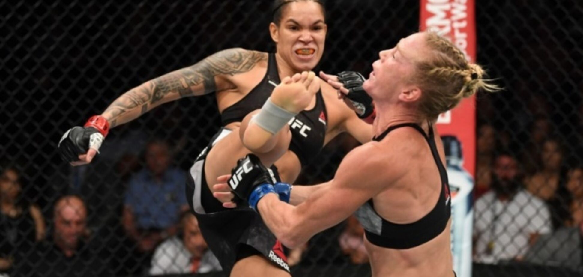 С ноги в голову: чемпионка UFC победила кошмарным нокаутом