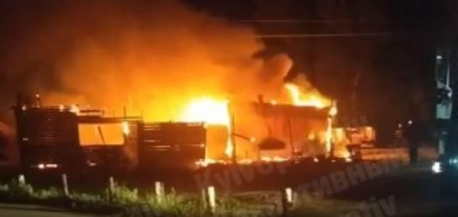 В Киеве в пожаре дотла сгорело кафе: фото и видео