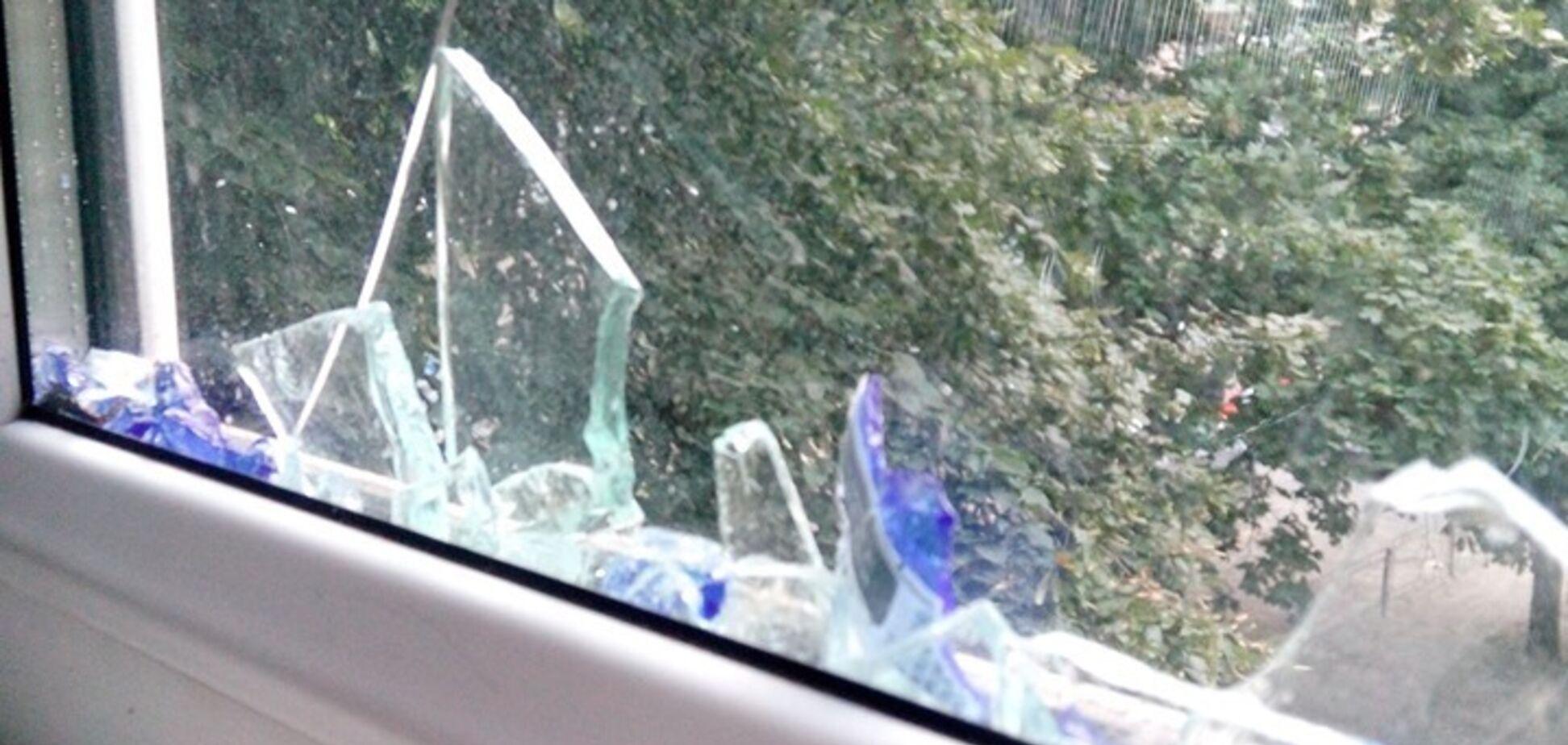 'Озвіріли від безкарності!' У Києві п'яна компанія розбила вікно квартири пляшкою