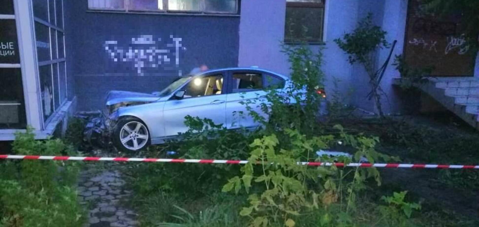 С разгона в стену: в Одессе водитель разбился, убегая от полиции